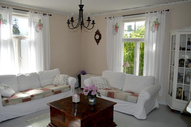 Somrigt, ljust och välkomnande vardagsrum.