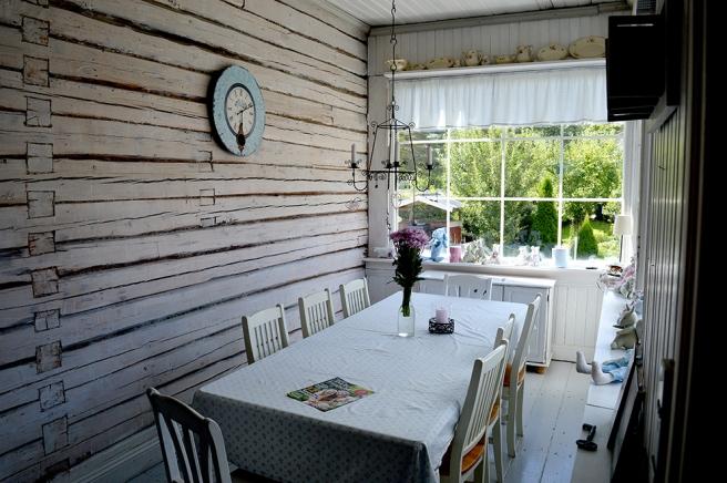 På verandan kan man njuta av ljusa sommarkvällar, men säkert också av höst och vinter i stearinljusens sken.