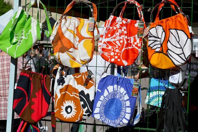 Färggranna väskor på en gårdsmarknad på Alexandersgatan.