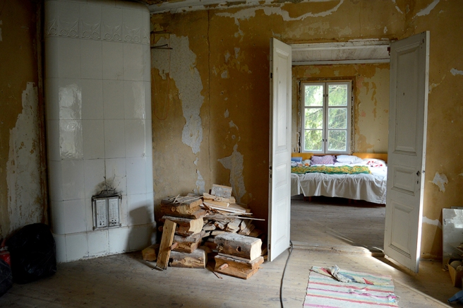 Min favoritbild. Bara älskar kakelugnen, golven, väggarna, sängen i det allt annat än färdiga sovrummet.