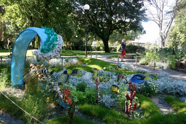 En park där fantasin har fått flöda, strax utanför gamla stans murar. I bakgrunden min reskompis Hanna.