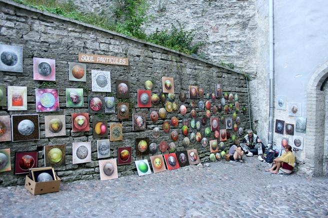 Vilken plats kan vara bättre att exponera konst på än en gammal mur då vädret tillåter.