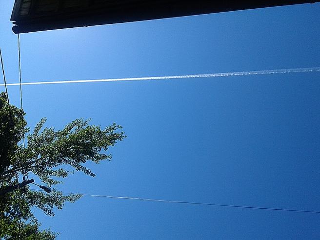 Två streck mot himmelen.
