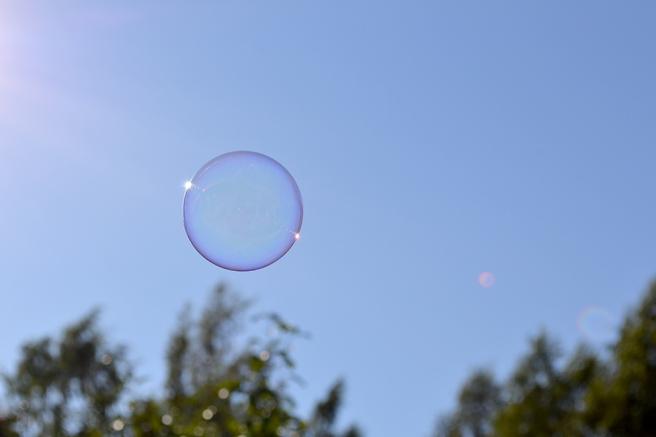 Här svävar en bubbla mot skyn, fotograferad av min syster.