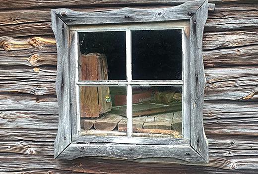 Ett fönster på en hembygdsgård i trakten av Lidköping.