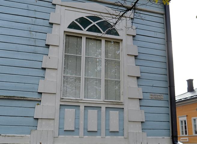 Det här fönstret var större än de övriga som fanns till vänster på rad. Och en sådan inramning!