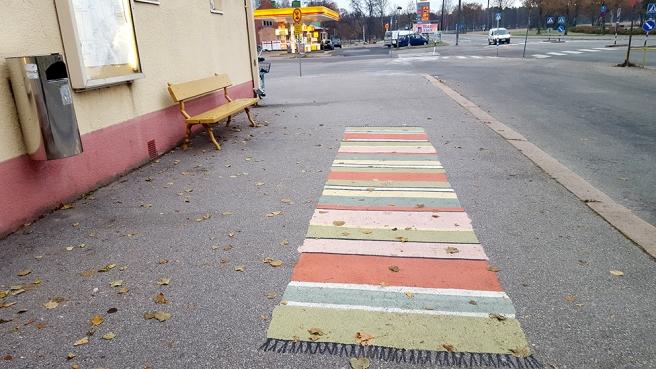 Också utanför busstationen i Lovisa finns nu mattor på trottoaren och på trapporna. Fina inte sant?
