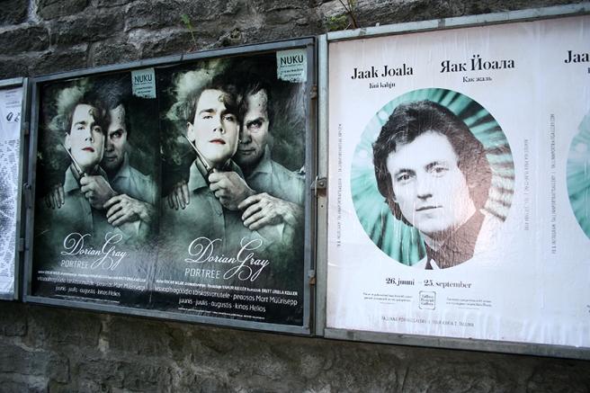 Konserter och filmer på bio marknadsfördes på en av murarna runt gamla stan.