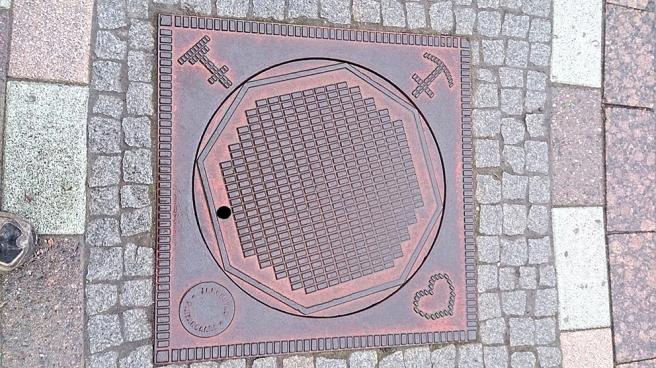 Symbolerna för tro, hopp och kärlek är en vanlig syn också på andra platser i Jakobstad.