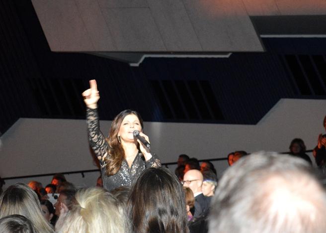 Men plötsligt sprang Carola upp bland publiken och då vågade jag till och med använda blixten.