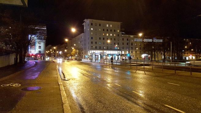 I väntan på bussen vid Operahuset. Lugna gator fastän klockan bara var kvart över tio.