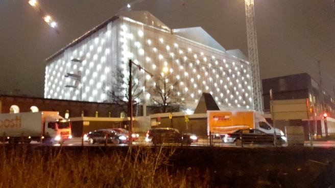På väg till Finlandiahuset, före konserten, passade jag på att föreviga vårt inpaketerade riksdagshus. Som en julklapp?