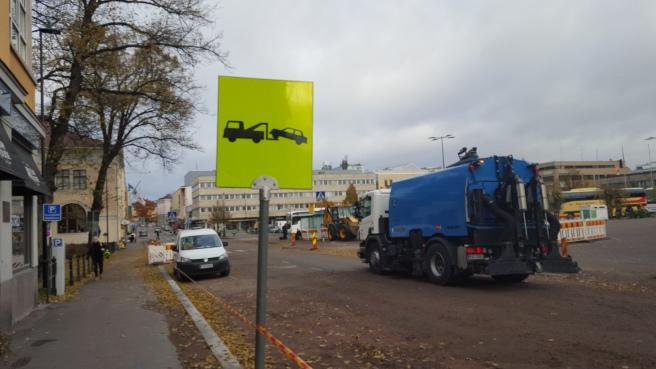 Och samma sak i Borgå. Här pågick arbeten efter ett rörläckage och bilar som parkerades fel forslades bort.