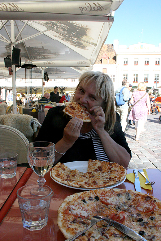 Minne från Tallinnresan i augusti :-) Bästa pizzan vi hade ätit på länge väninnan och jag.