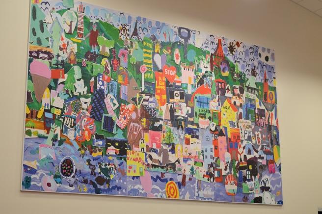Ett fint konstverk på väggen, uppskattningsvis fyra gånger två meter stort... eller större :-)