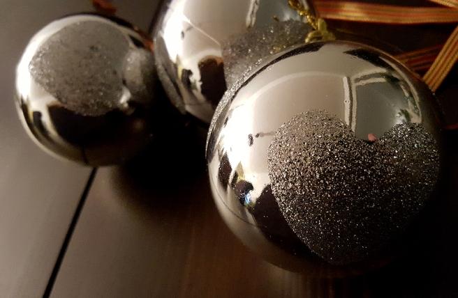 Har kvar några bilder från tiden före jul, då jag pyntade bordet med ljus och bollar.