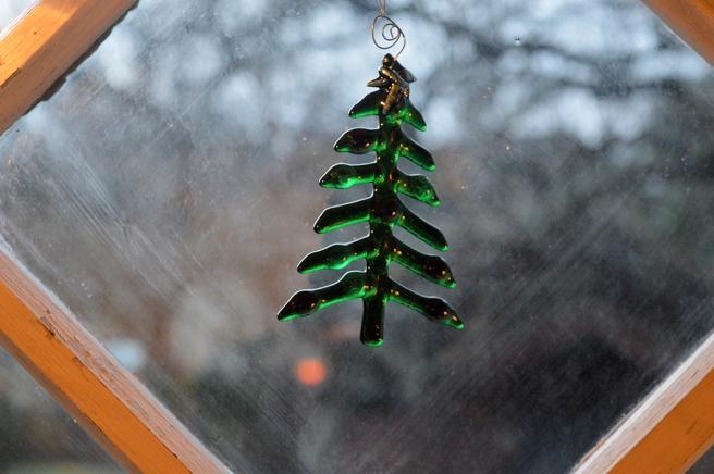 Granen står så grön och grann i fönstret :-)