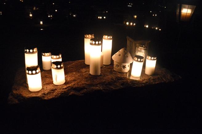 Stämningsfulla ljus på gamla kyrkogården i Lovisa. Det här är en av de allmänna platser där vem som helst kan sätta ner ljus för bortgångna som inte finns begravda just här eller som inte har en grav.