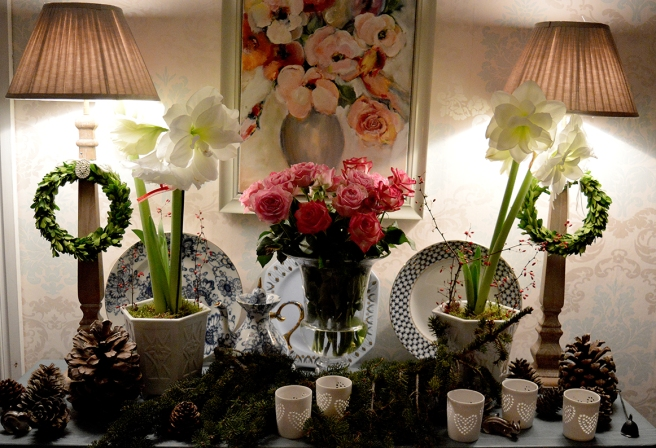 Närbild av blomsterdekorationen som syns på första fotot.
