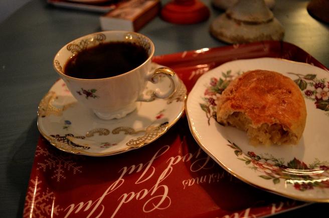 Till väntan på julen hör en kopp kaffe och Olgas fantastiska ryska kålpiråg.