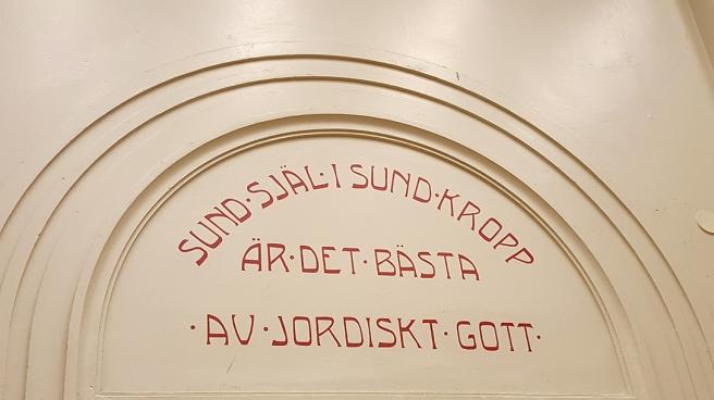 I Lovisa gymnasium har många visdomsord sparats och restaurerats, de finns även i andra utrymmen än i musiksalen.