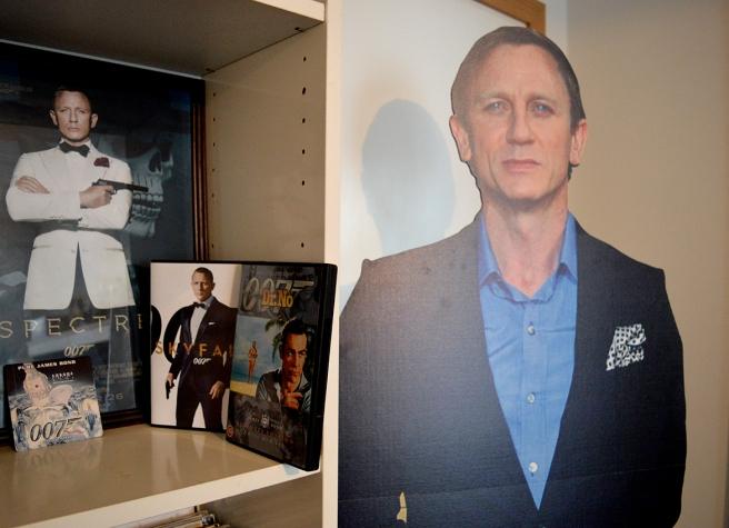 Planschen från premiären på Spectre i London är nu inramad. Har alla Bond-filmer på DVD förutom den senaste som troligen inte kommit ut än. Så här ser du den första och den näst sista. Utöver det glasunderlag och papp-Bond i exakt den längd Craig är.