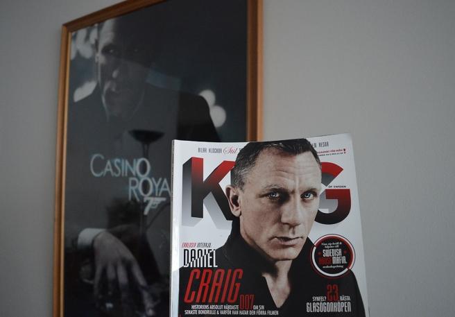 En stor tavla, som figurerat på många bilder hemifrån mig på bloggen och i förgrunden en tidning med massor av artiklar om Bond.
