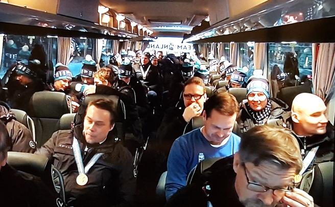 Här sitter U20-Lejonen i bussen på väg mot festen med fansen. Fotot taget via tv:n, TVYLE2:s sändning.