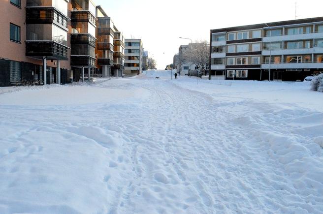 Första biten av den här vägen är en gångväg. Jag går rakt fram, korsar Åldermansgatan och går upp för Alexandersgatans backe.