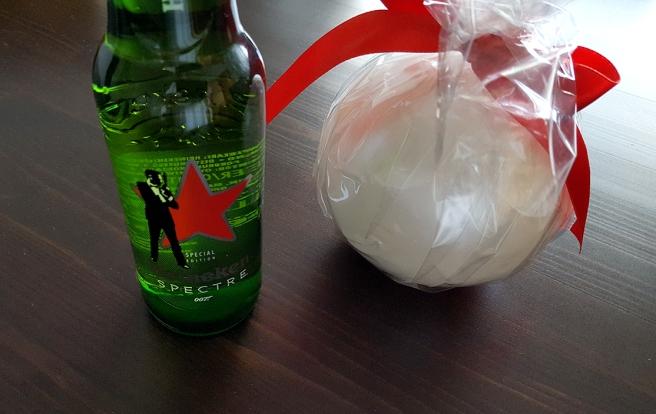 Gåva av min vän A-L. En Heineiken-öl med Spectremotiv och ett vackert Maria Drockila-ljus.