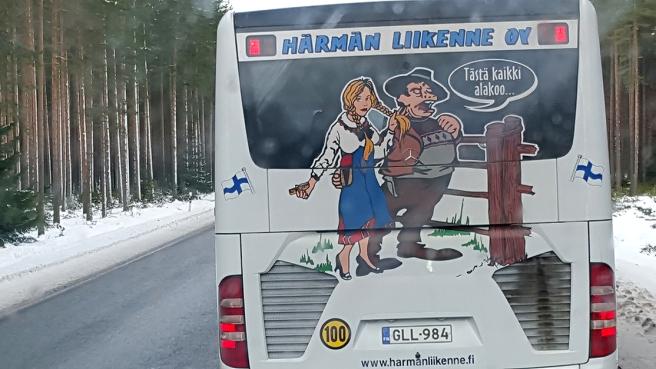 På samma resa hade vi den här bussen framför vår på vägen.