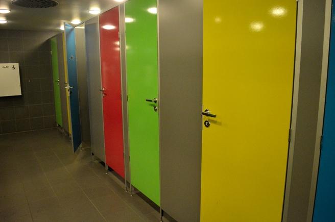 Om jag inte minns helt fel finns de här dörrarna på toan i ABC-stationen i Vaajakoski.