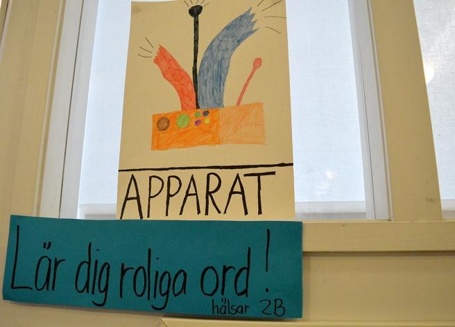 I Generalshagens skola i Lovisa finns den här fina planschen. Skyltsöndag kan bidra till att man lär sig ord faktiskt, på olika språk.
