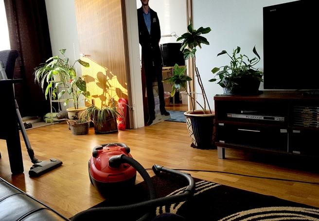 Veckostädning innebär att jag flyttar lite på möblerna också. Och på Daniel. Som inte brukar delta i projektet - han är bra på annat i stället :-)