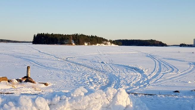 Utsikten från udden söderut mot Kråkholmen.