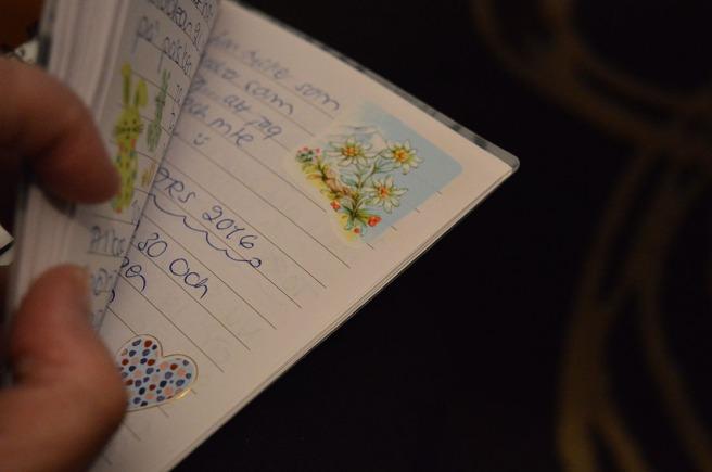 Handskrivet, över hundra häften sedan 1976.