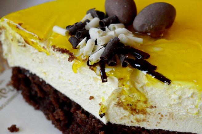 En fräsch kaka med påskgul glasyr och fina prydnader.
