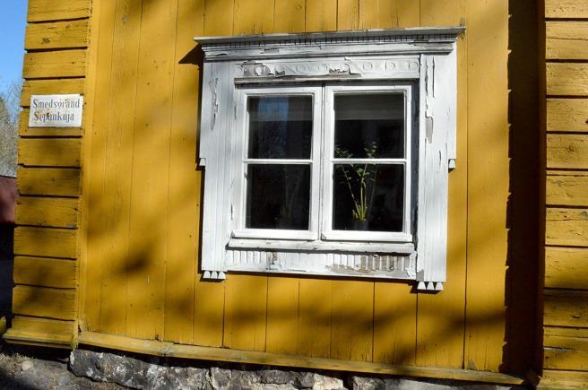 Lite ny målning skulle sitta bra här men värre åtgångna byggnader och fönster har man förstås sett :-)
