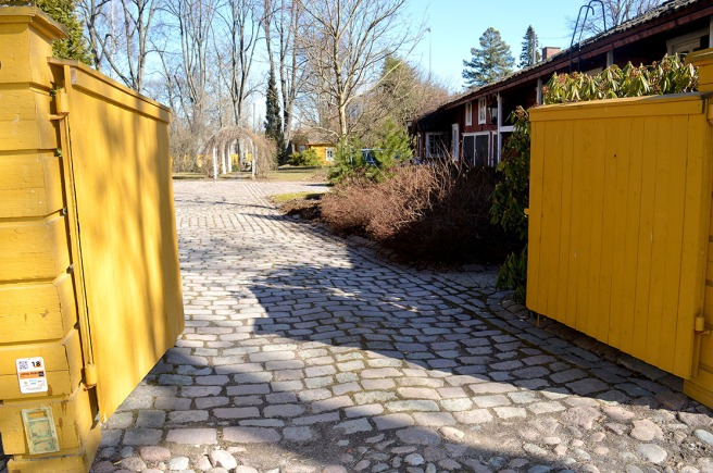 Öppen port till Pilastrarnas gård.