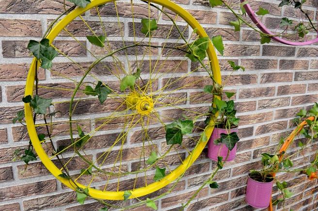 Placera växten i en gammal konservburk som målas i en fin färg, och låt det gröna slingra i väg.
