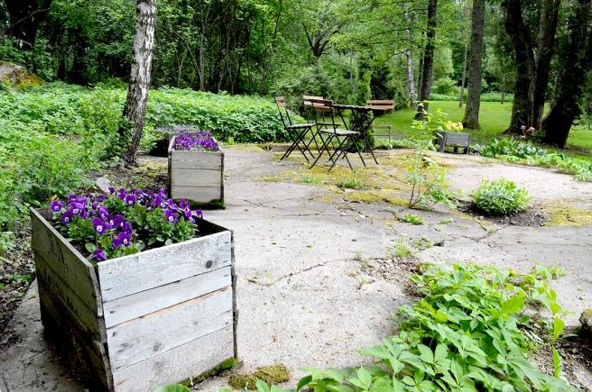 Här kan man sätta sig ner och ta det lugnt och lyssna på fåglarna som sjunger i skogen.