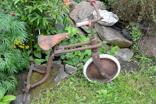 Fint då gamla saker återanvänds i trädgårdarna som stilleben.