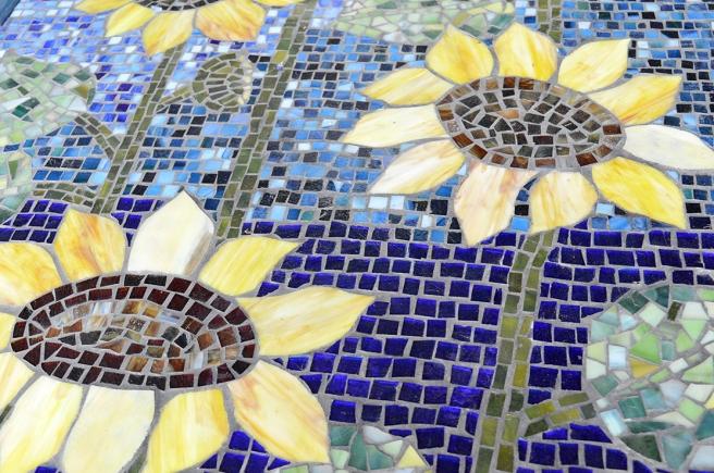 Mosaikarbeten blir man glad av, och blommor likaså!