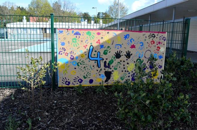Säkert bra med tavlor här och där kring en ny skola. Där är det tillåtet att måla och rita.