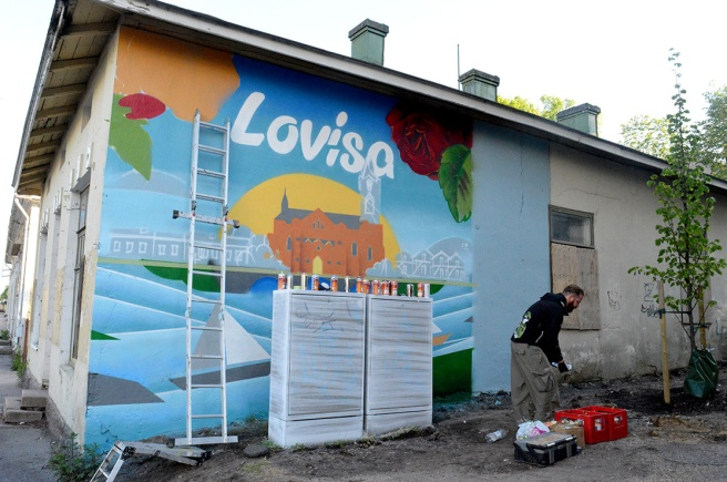 Jouni Väänänen från Helsingfors gör ett beställningsjobb vilket avsevärt snyggar upp en vägg.