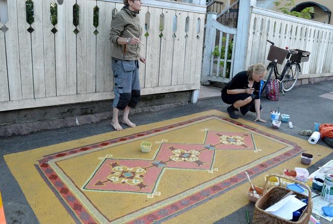 Föreningen Hakevas projekt med att måla mattor på trottoarerna fortsätter.