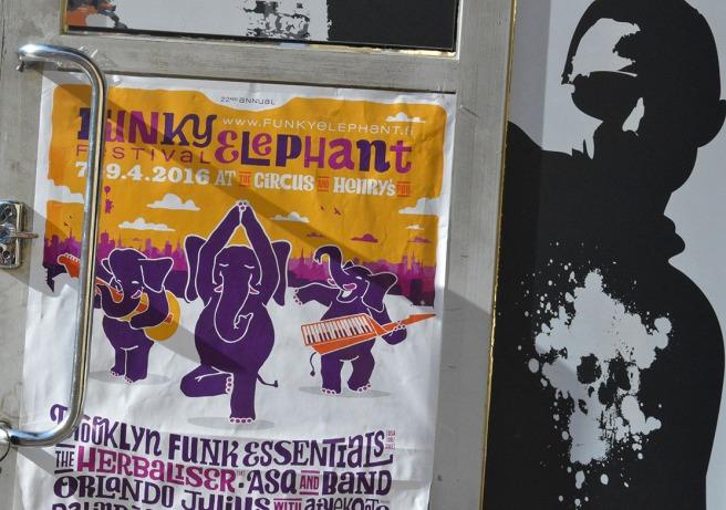 Marknadsföring för ett musikevenemang i Helsingfors i april.