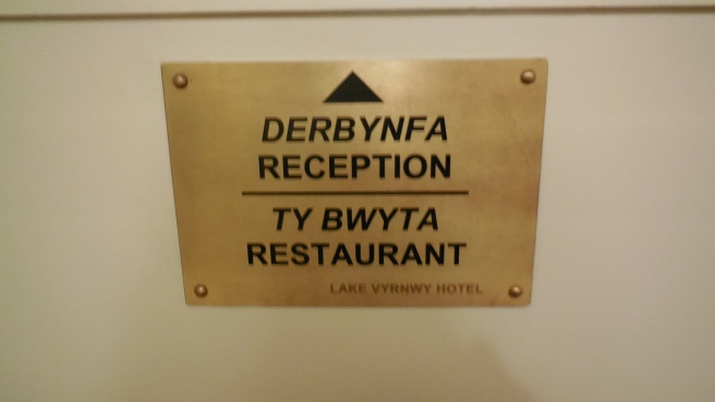 Reception och restaurang, på engelska och på walesiska.