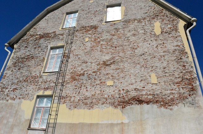 Lovisa museums vägg får ny rappning.