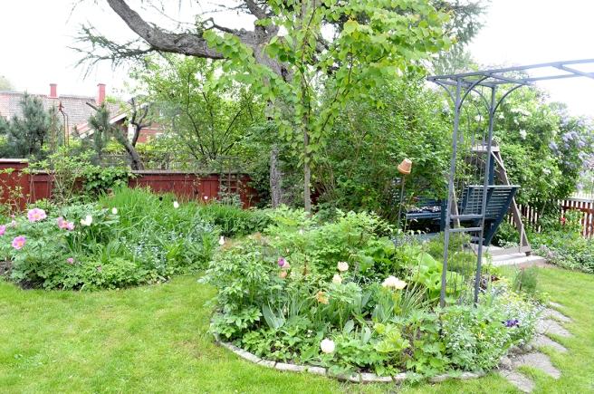 En trädgård kräver omsorg, men den som har en sådan gillar att pyssla med den. Tid för vila i gungan finns också.